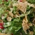 ...kan også knuses i biter og ha over salaten ved siden av enten kjøtt eller fisk